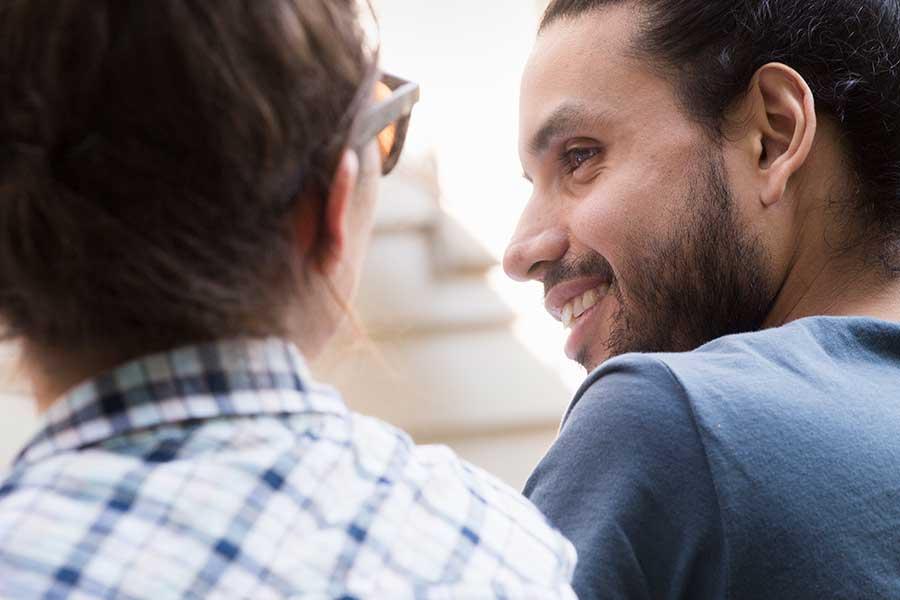 aiutare chi ha un attacco di panico parlare con calma